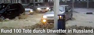 Autos auf überfluteter Straße