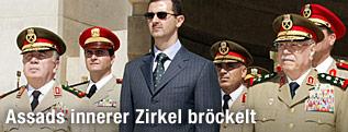 Archivfoto von Syriens Machthaber Assad mit ranghohen Militärs