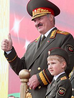 Der Sohn des weißrussischen Präsidenten Alexander Lukaschenko in Militäruniform