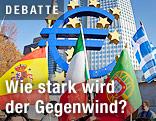 Länderflaggen von Spanien, Italien, Portugal und Griechenland vor dem Euro-Zeichen der EZB