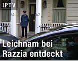 Polizist vor Hauseingang