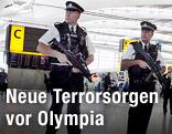 Polizisten im Terminal 5 des Londoner Flughafens Heathrow