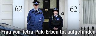 Polizisten stehen vor dem Hauseingang der Rausings in London