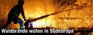 Feuerwehrmann mit Löschkanone
