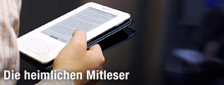 Hand mit E-Book-Reader