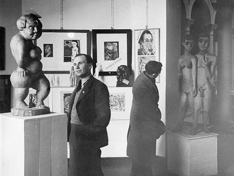 """Besucher in der Ausstellung """"Entartete Kunst"""" im Haus der Kunst in Berlin, 1938"""