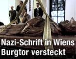 Die Steinfigur des gefallenen Soldaten bei ihrer Hebung in der Krypta im Wiener Burgtor