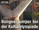 Bungee-Jumper springen von der Millennium Bridge in London