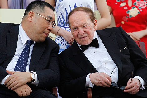 Macau Chief Executive Fernando Chui Sai-On spricht mit Sheldon Adelson
