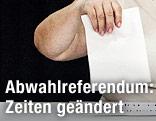 Frau vor einer Wahlurne