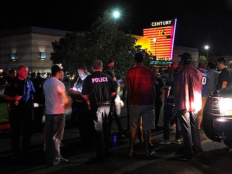 Polizei am Einsatzort vor dem Kino