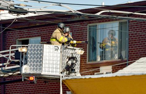 Zwei FBI-Agenten verschaffen sich über eine Teleskopmastbühne Zutritt zur Wohnung des Täters
