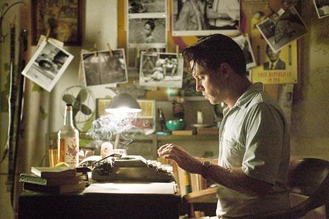 Johnny Depp sitzt vor einer Schreibmaschine