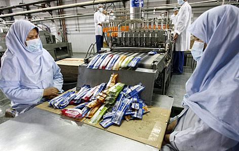 Afganische Frauen in der Eisfabrik