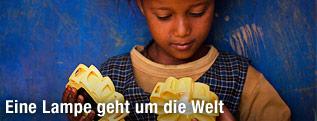 Mädchen hält eine Solarlampe