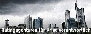 Schwarze Wolken über der Skyline von Frankfurt
