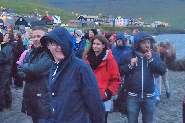 Besucher am Strand bei einem Konzert