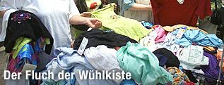 Kleidungsstücke in einer Wühlkiste