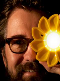 Künstler Eliasson mit der von ihm geschaffenen Lampe