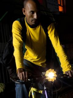 Verwendung von Little Sun als Radlampe bei Nacht