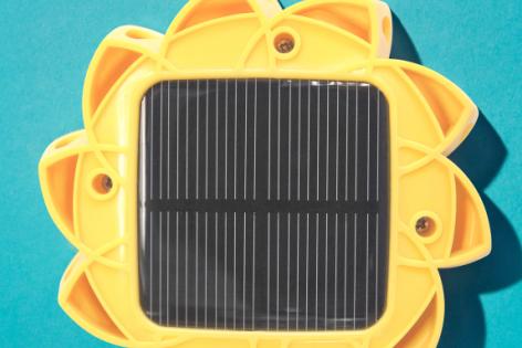 Rückseite mit Solarzellen der Lampe Little Sun