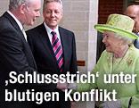 Queen Elizabeth II schüttelt dem ehemaligen IRA-Kommandanten Martin McGuinness die Hand