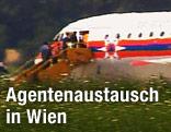 Unbekannte Personen verlassen ein Flugzeug am Flughafen Wien