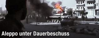 Ein syrischer Aufständischer beobachtet einen brennenden Panzer