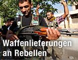 Ein syrischer Rebellenkämpfer hantiert mit einer Waffe