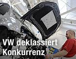 Ein Arbeiter in der Produktionswerkstätte des VW Toruan