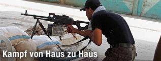 Rebellen-Soldat geht mit einem Maschinengewehr in Stellung