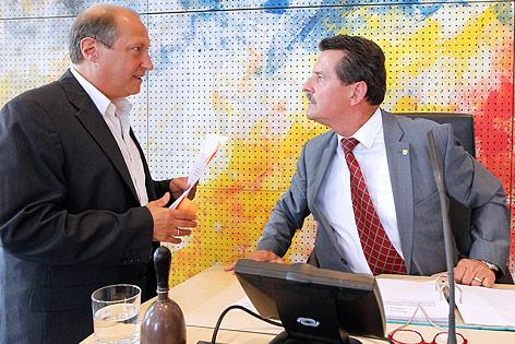 Grünen-Abgeordneter Rolf Holub im Gespräch mit dem Kärntner Landtagspräsidenten Josef Lobnig (FPK)
