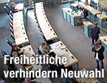 Blick von oben auf leere Plätze im Kärntner Landtag
