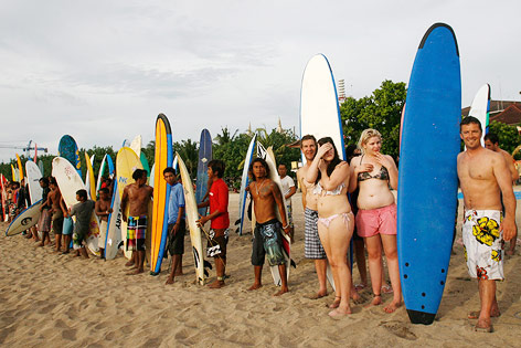 Surfschüler am Kuta Beach in Bali
