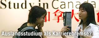 Chinesische Studentinnen bei einer Studiumberatungsmesse