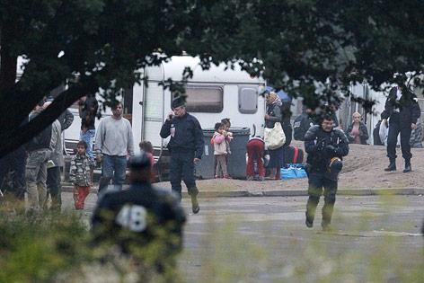 Französische Polizisten in einem Roma-Lager