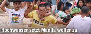 Menschen kämpfen sich durch Wasserflut