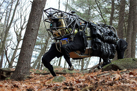 Roboter in Form eines Hundes geht durch den Wald