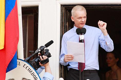 Julian Assange spricht vom Balkon aus