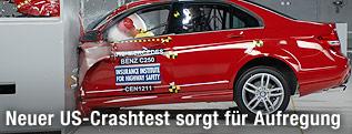 Foto eines Crash-Tests bei einem Mercedes C250