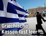 Griechische Fahne und Passant mit Aktenkoffer