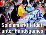 Menschen auf einer Spielemesse