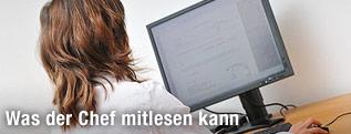 Eine Frau bei der Computerarbeit
