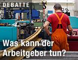 Arbeiter an einer Maschine