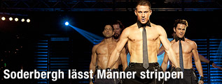 Stripper Tito (Adam Rodriguez), Tarzan (Kevin Nash), Mike (Channing Tatum) und Ken (Matt Bomer) auf der Bühne