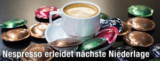 Eine Tasse Kaffee und Kaffeekapseln