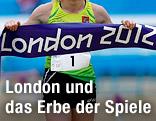 Athletin und Banderole mit London-2012-Schriftzug
