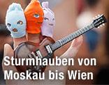 Hand mit Fingerpuppen und Gitarre