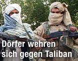 Mehrere Taliban-Militanten posieren mit ihren Waffen