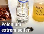 Ein Labormitarbeiter nimmt eine Polonium-Probe